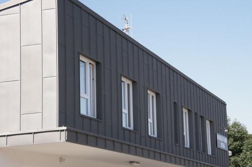 titánzinková strecha a fasáda - Autobusová stanica Trstená